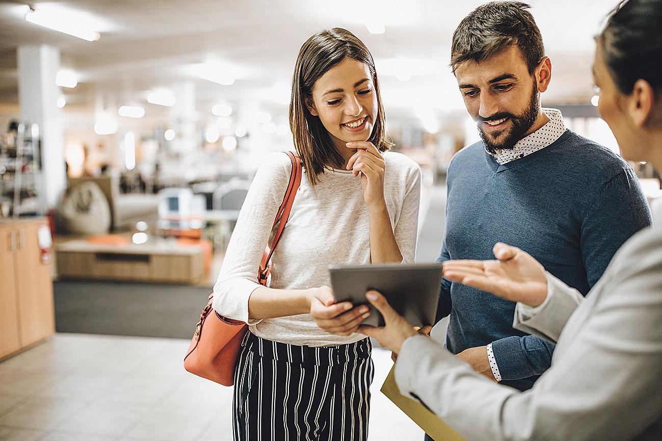 Eine Frau und ein Mann werden in einem Laden beraten