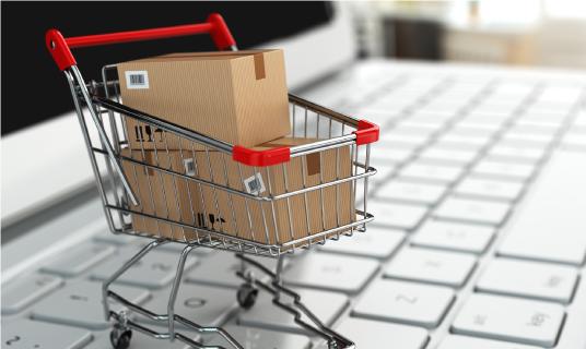 Miniatur-Einkaufswagen steht auf Tastatur