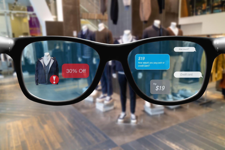 Blick durch eine Brille, in der Sonderangebote angezeigt werden.