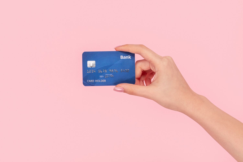 EC-Karte vor einem rosa Hintergrund