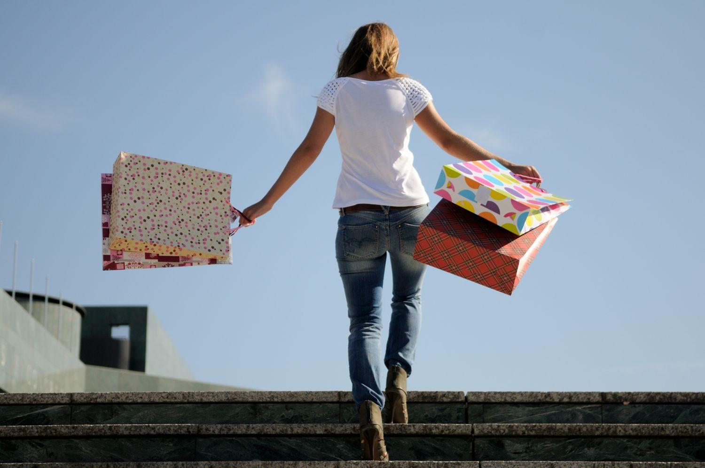 Eine Frau hält Einkaufstüten in der Hand. Thema Omnichannel im Einzelhandel