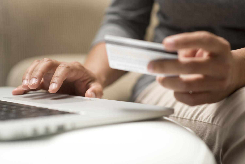 Mit der Kreditkarte kann man auch online bezahlen.