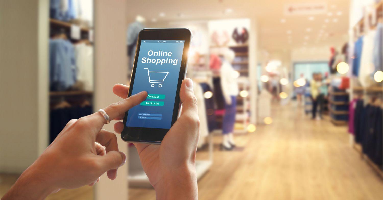 Smartphone mit Online Shop in einem Laden. Thema: Kundenbedürfnisse im Handel.