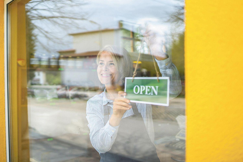 Frau eröffnet ihr Geschäft